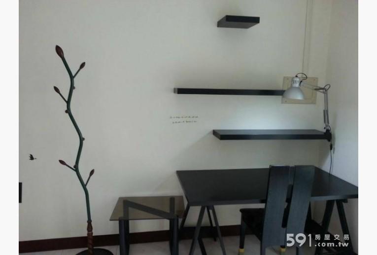 高雄租屋,楠梓租屋,獨立套房出租,那根很像樹枝的東西是掛衣服的
