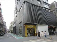 東區挑高5.7米三角窗店面179坪